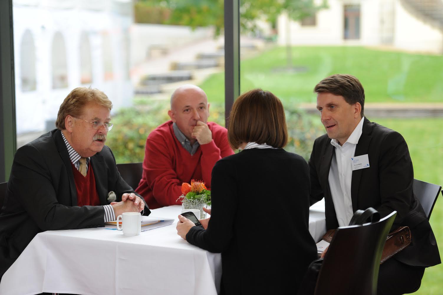 Elmar Brok, président de la commission des affaires étrangères du Parlement européen et membre de longue date du conseil d'administration du VPE, en conversation avec les membres de l'ECPMF, Vladimir Radomirovic, rédacteur en chef de Pištaljka / Serbie; Ljiljana Smajlović, présidente de l'Association des journalistes de Serbie et Dr Lutz Mükke, directeur général ECPMF (c) ECPMF 2015