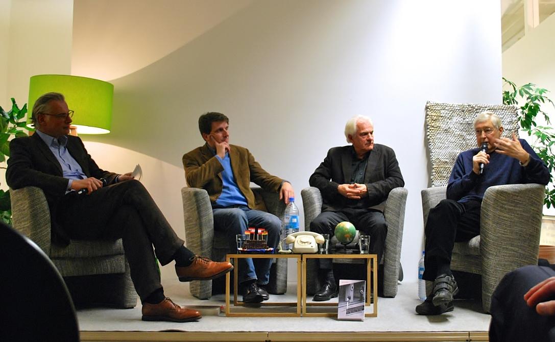 """Klaus Bednarz (ARD), Dietmar Schumann (ZDF), Lutz Mükke und Verleger Herbert von Halem (v.r.n.l.) zum """"Kölner Mediengespräch"""" über die Arbeit von Auslandskorrespondenten im Kalten Krieg, 2014 (c) Halem-Verlag"""